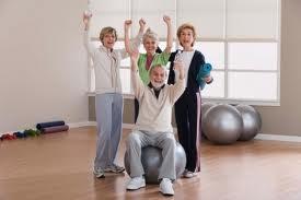 anziani che fanno ginnastica