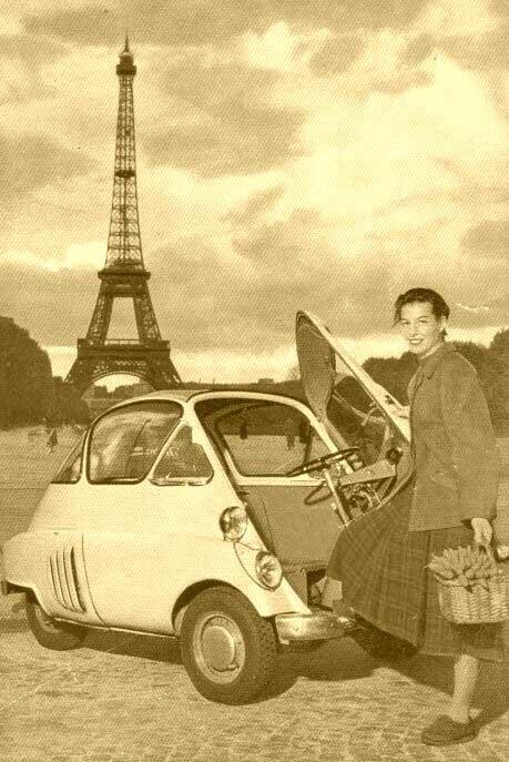 Isetta a Parigi, sullo sfondo la Tour Eiffel
